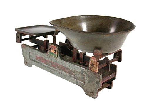 Balanza metálica envejecida. Balanza de metal tipo romana acabada envejecida y con estilo vintage. Tiene plataforma para contrapesos. Robusta, fiable y muy decorativa. Medidas sin contenedor: 15x39x14 cm. Medidas con contenedor: 20x46x20 cm.