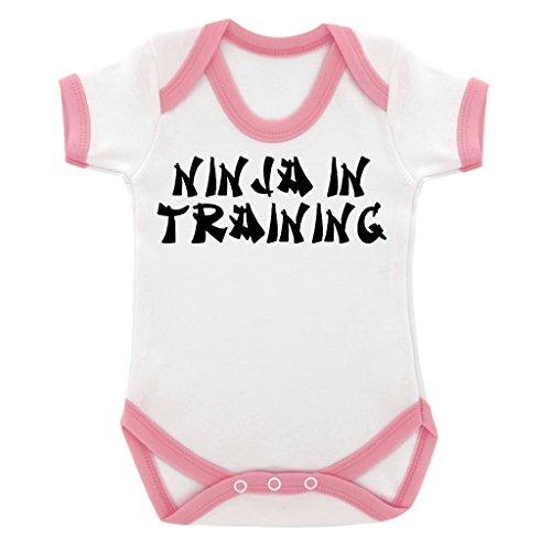 Funny Ninja in Training Design Baby Body mit Baby Pink Kontrast Trim und schwarz print Gr. 6-12 Monate, rose (In Pink Bekleidung Warriors)