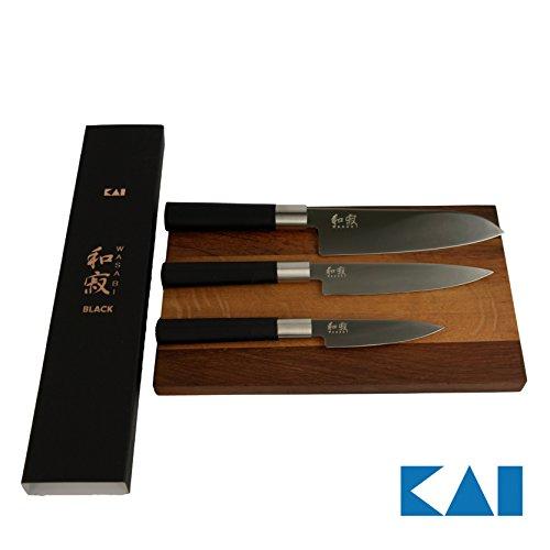 Kai Wasabi Black 67-W17 ultrascharfes Kochmesser-Set, Santoku 16,5 cm, Officemesser 10 cm, Allzweckmesser 15 cm +massives Schneidebrett cm 25x15 aus altem Fassholz von Hand gefertigt+ hochwertige Geschenkbox