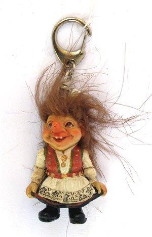 Schlüsselanhänger- Troll Frau aus Hardang, Norwegen (Trachten Von Norwegen)