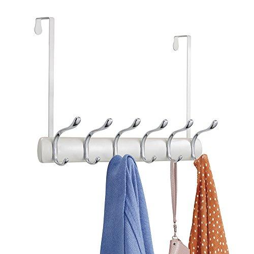 mDesign Hakenleiste – 12 Garderobenhaken für die Tür in Flur und Bad – Garderobe für Mäntel, Jacken, Bademäntel, Handtücher – perlweiß / Chrom