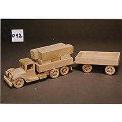 Camión con remolque y bloques de construcción de madera de haya