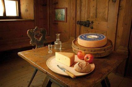 Tyroler Bergkäse aus dem Pinzgau Österreich Käse aus Heumilch