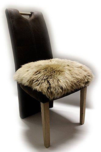 Besonders schöne Sitzauflage aus echtem Lammfell mit den Grundmaßen von 40x40 cm - gemütliches Sitzkissen mit einmaligem Wollbild als Stuhlauflage, Dekokissen, Couch- und Sesselauflage.