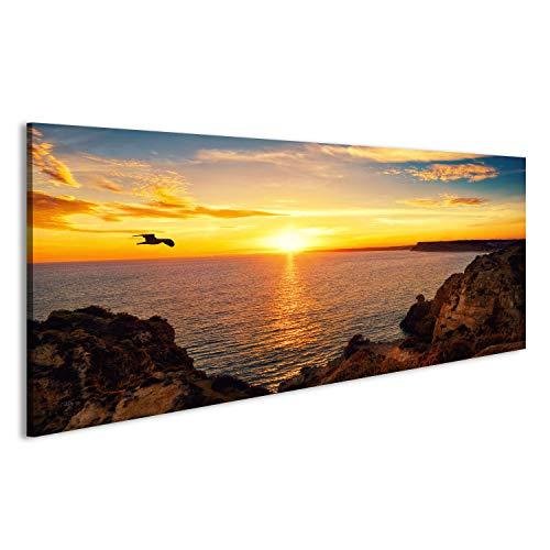 islandburner Bild Bilder auf Leinwand Ruhige Sonnenuntergang Landschaft am Meer mit dem Sonnenlicht spiegelt Sich auf dem Wasser, EIN Fliegender Vogel und die felsige Küste Wandbild, Poster, (Vögel Meer)