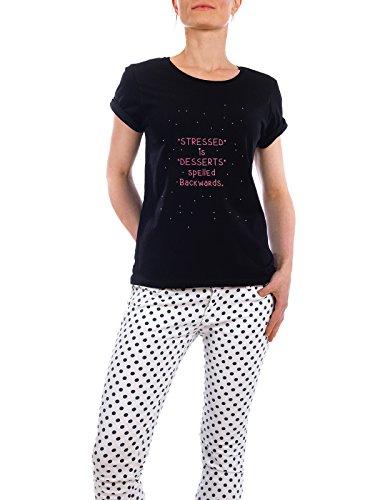 """Design T-Shirt Frauen Earth Positive """"STRESSED"""" - stylisches Shirt Typografie von Tim Löhrs Schwarz"""