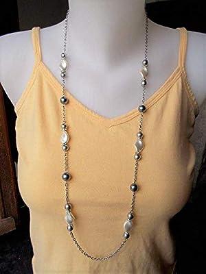 Long sautoir nacré en perles torsadées, chaine en acier