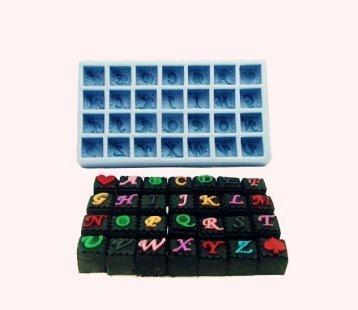 Stampo In Silicone Per Uso Artigianale Rappresentante Il Calco Lettere Dell'Alfabeto In Tasselli Quadrati Inclusi Un Picche E Un Cuore.