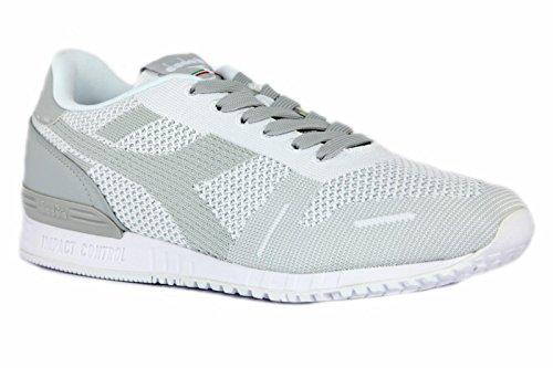 Scarpe sneakers Diadora da uomo in tessuto mesh traspirante bianco e grigio chiarissimo con logo laterale sulla tomaia. TITAN WEAVE Grigio chiaro