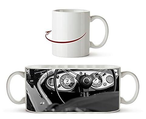 Roter Cabrio Oldtimer Effekt: Schwarz/Weiß als Motivetasse 300ml, aus Keramik weiß, wunderbar als Geschenkidee oder ihre neue Lieblingstasse.