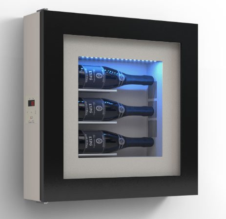 Dafnedesign.com - Quadro vino - Espositore refrigerato per tre bottiglie in orizzontale. Struttura in metallo. Struttura porta in alluminio. Cornice in legno / hpl Vetrocamera 20 mm. Guarnizione magnetica. Pannello interno in laminato Illuminazione a LED. Impianto termoelettrico. Sbrinamento automatico. Refrigerazione ventilata. Sistema di antivibrazione. per bottiglia H.328 D.98 mm - kwh/annum 60 peso 25 kg - (SF00)
