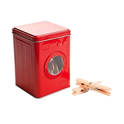 Balvi Caja pinzas Lavadora Color rojo Con 24 pinzas de madera Tapa con visagra Forma de lavadora LataCONTENIDO. Caja metálica con tapa y ventana transparente en forma de lavadora y 24 pinzas de madera.VERSÁTIL. También ideal para guardar cápsulas dej...