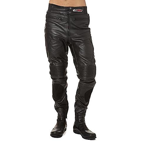 Pantaloni di pelle nera con chiusura in velcro con due tasche e l'applicazione elastica con bassa chiusura e una patch personalizzato, fodera in poliestere. Modello KR-LT02. Colore nero. Taglia XXXL.