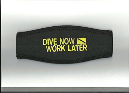 Maskenband, schwarz, Aufdruck:Dive now-work later in gelb