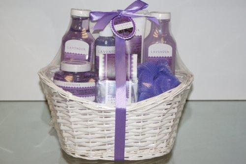 8 tlg. XXL Pflegeset Badeset Beautyset 'Lavender'/ erfrischendes Lavendel-Aroma/ in einem wunderschönen Geschenkkörbchen/ Bestandteile: Duschgel 400ml, Schaumbad 400ml, Körperlotion 180ml, Körperspray 150ml, Körperpeeling 200ml, Badkonfekt 30g, Badesalz 50g und ein kunstfaser Schwamm
