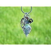 Kette mit türkiser Phiole und einem Anhänger einer Fee oder Elfe, nachtleuchtend. Kann als Glücksbringer, Talisman oder Amulett getragen werden.