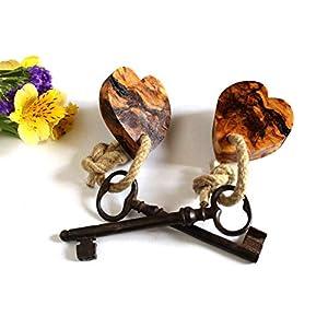 Zwei herzförmige alte Olive Wood Fobs mit zwei Vintage-Skelettschlüsseln. Einzigartiger Valentinstag, Hauserwärmung, Hochzeitsgeschenk. KOSTENLOSE Sendungsverfolgung