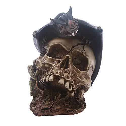 ion, eine Fledermaus, die auf Einer Schädel-Grafik-Kunstharz-Skulptur, Fotografie-Stützen, für Haupthalloween-Verzierung Steht ()