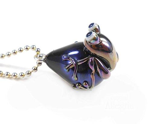 handgefertigter-anhanger-aus-glas-mit-metallisch-schillerndem-frosch