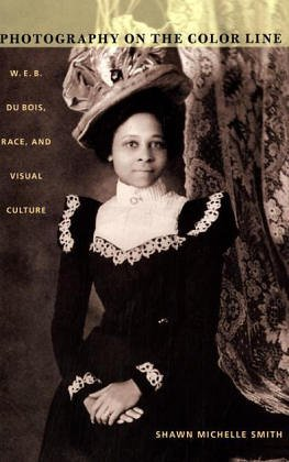 Photography on the Color Line: W.E.B. Du Bois, Race, and Visual Culture (John Hope Franklin Center Book) (B Smith W)