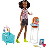 Barbie Famille coffret poupée Skipper baby-sitter aux cheveux lisses ou bouclés, avec figurine de bébé et accessoires, jouet pour enfant