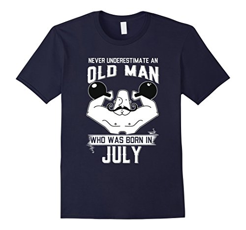 never-underestimate-an-old-man-who-was-born-in-july-tshirt-herren-grosse-m-navy