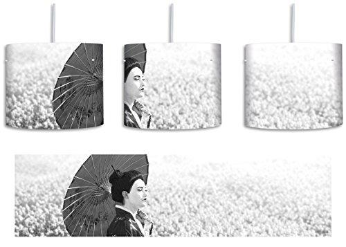 Geisha auf dem Feld Kunst B&W inkl. Lampenfassung E27, Lampe mit Motivdruck, tolle Deckenlampe, Hängelampe, Pendelleuchte - Durchmesser 30cm - Dekoration mit Licht ideal für Wohnzimmer, Kinderzimmer, Schlafzimmer