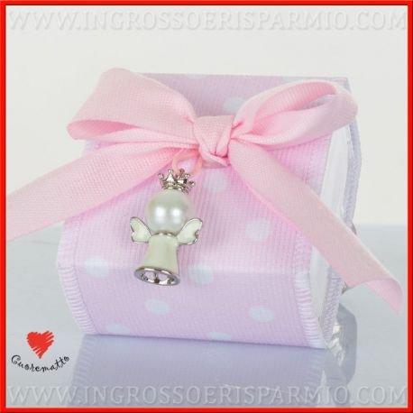 Cuorematto -scatolina portaconfetti rivestita in tessuto di colore rosa a pois bianchi decorato al collo da un ciondolo a forma di angioletto bianco - bomboniere nascita,battesimo,comunione, confettate(1 pz. con confetti bianchi)