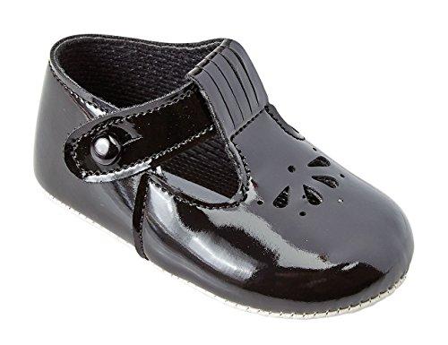 Baby Kinderwagen-Schuhe mit ausgestanztem Blütenmuster, mit T-Riemen, hergestellt in England von Early Days Baypods–alle Farben für Jungen und Mädchen Schwarz (glänzend)
