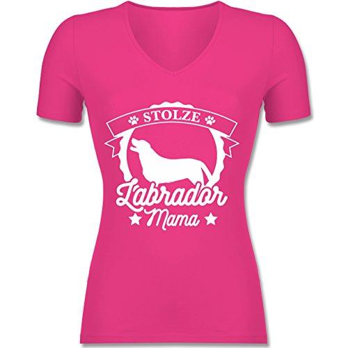 Shirtracer Hunde - Stolze Labrador Mama - Tailliertes T-Shirt mit V-Ausschnitt für Frauen Fuchsia