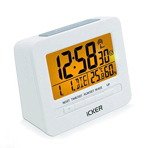 iCKER Funkwecker, Wecker Digital Funkuhr, Reisewecker mit Thermo-Hygrometer, Batteriebetrieben, 80° LCD Display, Sanfte Hintergrundbeleuchuntung (5 Sekunden), Weiß