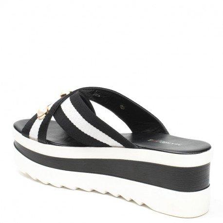 Ideal Shoes - Mules à plateforme ornées de perles Kalia Noir