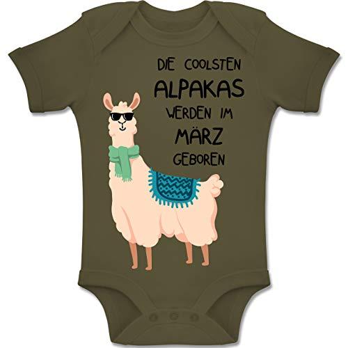 Geburtstag Baby - Die coolsten Alpakas Werden im März geboren Sonnenbrille - 6-12 Monate - Olivgrün - BZ10 - Baby Body Kurzarm Jungen Mädchen