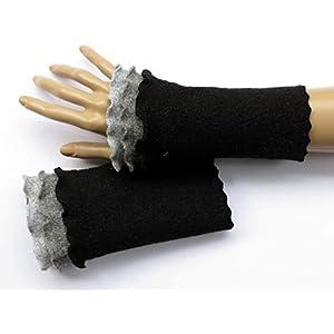 Armstulpen/Pulswärmer aus schwarzer Walkwolle (Walk, Walkstoff); Rüsche