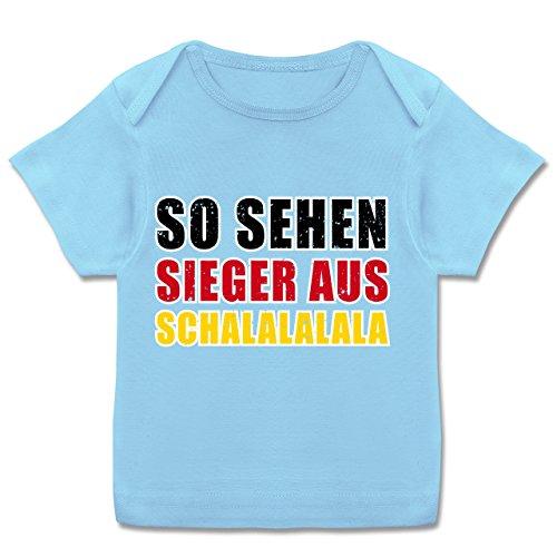 Fußball-Weltmeisterschaft 2018 - Baby - So sehen Sieger aus! Schalalalala Deutschland - 80-86 (18 Monate) - Babyblau - E110B - Kurzarm Baby-Shirt für Jungen und Mädchen in verschiedenen Farben