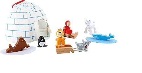 Spielwelt Eskimo Da treffen sich sogar Eisbär und Pinguin zum gemeinsamen Treffen am Iglu und beobachten den sonnenbadenden Wal und die entspannte Robbe auf den Filzinseln. Der kleine Husky wartet nur darauf, endlich mit dem Holzschlitten Fahrt aufzunehmen und die beiden Eskimos zum nächsten Iglu zu bringen. Nach der Tour geht es in das behagliche Iglu-Zelt aus Stoff, welches an einem Haken sogar aufgehängt werden kann. Die Tür lässt sich mit einem Klettverschluss verschließen, so kann beim Transport auch nichts herausfallen. (Eisbär Zelt)