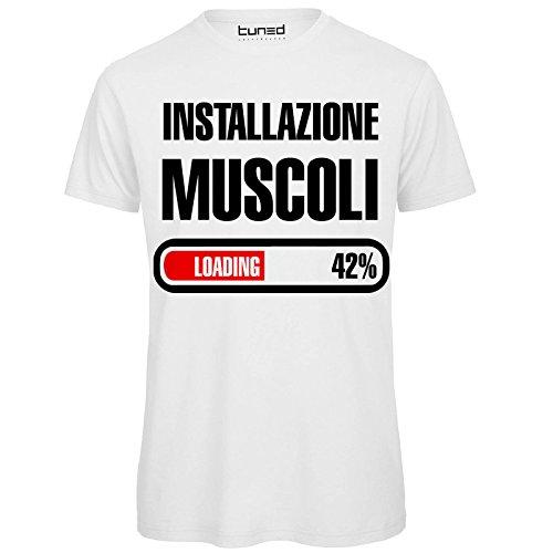 T-Shirt Divertente Uomo Maglietta Frase Simpatica Palestra Installazione Muscoli Tuned, Colore: Bianco, Taglia: M