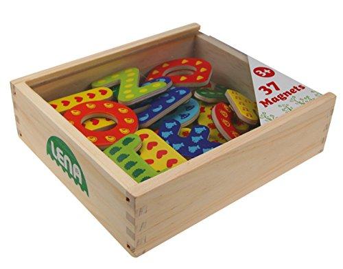 Lena 65823 - Holz Magnet Buchstaben in Holzkiste, Lernset mit 37 magnetischen Holzbuchstaben in Kiste aus Holz, Magnetbuchstaben Set für Kinder ab 3 Jahre, Buchstaben aus Holz und mit Anlautbildern