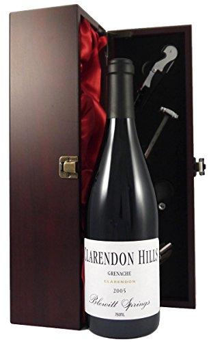 Clarendon Hills Blewitt Springs Old Vines Granache Mclaren Vale 2005 75cl in einer mit Seide ausgestatetten Geschenkbox. Da zu vier Wein Zubehör, Korkenzieher ,Giesser ,Kapselabschneider ,Weinthermometer .