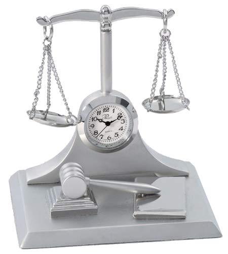Classic escalas de justicia reloj de mesa se sienta en una base cuadrada. Incluye martillo en la base. Hace un gran regalo para su favorito abogado, Ley estudiante o juez.