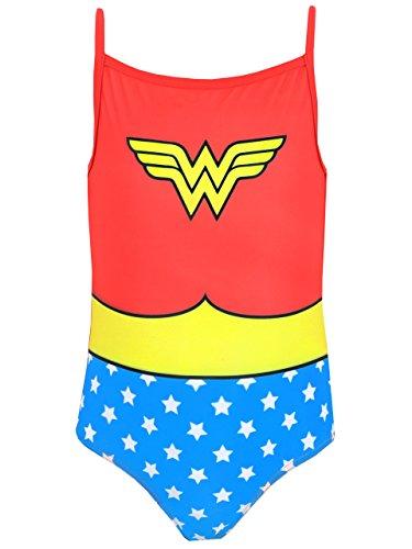 Traje de baño de La Mujer Maravilla para chicas. Es un adorable traje de baño perfecto para las fanáticas de La Mujer Maravilla, la Princesa Amazona!. Este llamativo vestido de baño trae un estampado grande del uniforme clásico de Wonder Woman. No im...