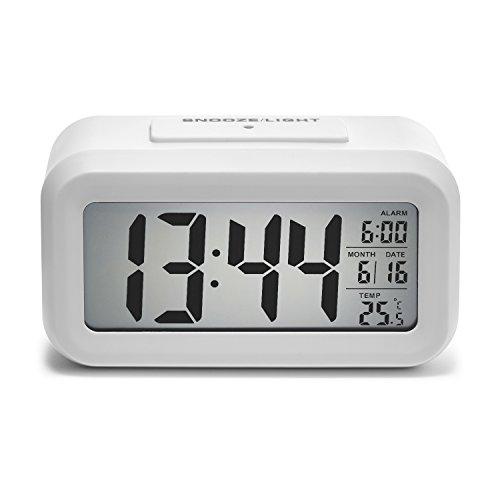 iProtect batteriebetriebener Digital-Wecker mit extra großem Display, Snooze, Datumsanzeige, Temperatur und Lichtsensor in weiß
