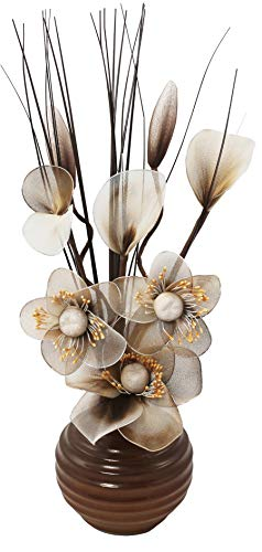 Composizione floreale artificiale in un vaso, crema, marrone