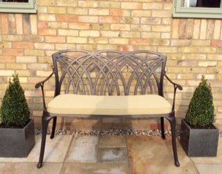 Lazy Susan – SANDRA Quadratischer Kaffeetisch mit 1 APRIL Gartenbank und 2 APRIL Stühlen – Gartenmöbel Set aus Metall, Antik Bronze (Beige Kissen) - 3