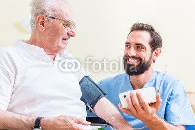 druck-shop24 Wunschmotiv: Krankenpfleger misst Blutdruck eines Patienten #96496928 - Bild als Foto-Poster - 3:2-60 x 40 cm/40 x 60 cm