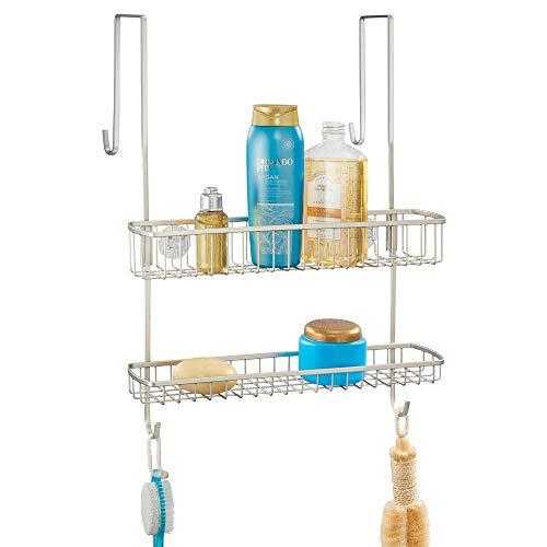 mDesign Estantería de ducha para colgar – Fácil instalación sin agujeros de este colgador para ducha – Cestas metálicas con 2 repisas y ganchos para los accesorios de ducha – plateado mate