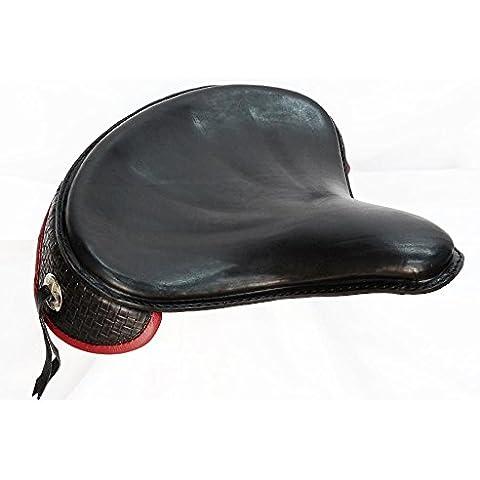 Selle. Borse. in cuoio per moto Harley Davidson Softail Fat Boy. Sella modello POLICE, in cuoio spesso 4mm invecchiato e ingrassato. Tutto il gonnellino posteriore è realizzato con cuoio inciso a trama con bordatura a rimbocco. Decorata con frange e borchie. Dimensioni: 39cm X 37cm spessore 1cm. Colore, dimensioni e decorazioni si possono personalizzare. Per i prodotti personalizzati si prega di contattarci prima.