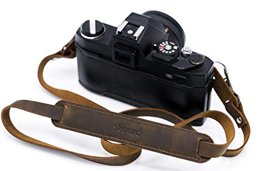 Sangle vintage pour appareil photo, en cuir véritable marron avec fermeture rapide. La solution de transport skaard élégante.