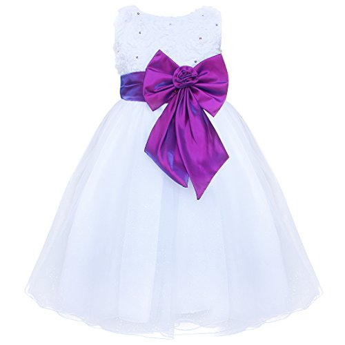 Robe blanche avec noeud papillon violet et perles violettes