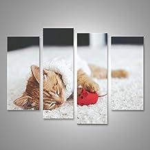 Cuadro Cuadros pequeño gatito lindo del jengibre que lleva suéteres de punto caliente duerme con juguetes para mascotas en la alfombra blanca Impresión sobre lienzo - Formato Grande - Cuadros modernos EWP